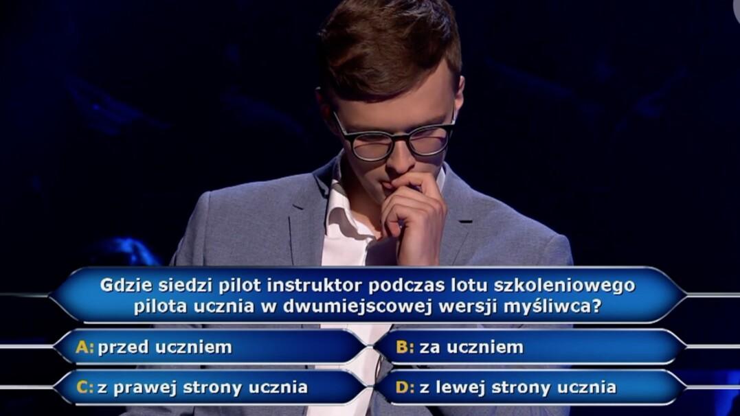 """Gdzie siedzi pilot instruktor w myśliwcu? Pytanie z""""Milionerów""""za 125 tysięcy złotych"""
