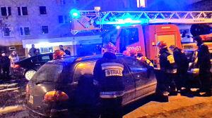 Oto codzienność strażaków: przesuwają auto zamiast gasić ogień