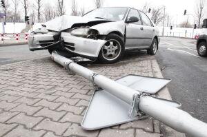 Pijany kierowca uciekł po kolizji z karetką. Skończył na latarni