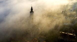 Poranna mgła w Przemyślu (PAP/Darek Delmanowicz)