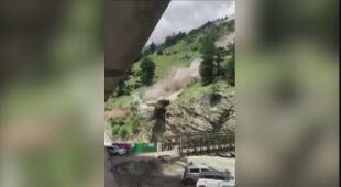 Indie: głazy oderwały się od ściany, zniszczyły samochody i most